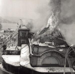 Le terrible incendie fut combattu de l'extérieur pour ne pas mettre de vies en danger.