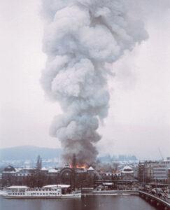 La gigantesque colonne de fumée se voyait de loin, comme le montre ce cliché pris du Schweizerhofquai.