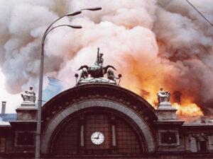 L'effondrement de la coupole principale marqua le paroxysme de l'incendie qui ravagea la gare de Lucerne.