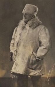Undatierte Aufnahme von Hans Bringolf im Wintermantel.