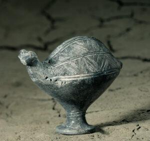 Gefäss aus der Bronzezeit in Form eines Vogels.