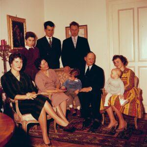 Familie Chaudet im Wohnzimmer.