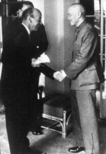 Gigon schüttelt die Hand des Chinesischen Politikers Chiang Kai-shek, 1954.