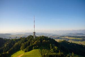 Der neue Sendeturm auf dem Bantiger prägt seit 1996 die Silhouette des Hügels. Der Turm hat eine Gesamthöhe von fast 200 Meter.