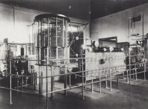 Der zu der Antenne gehörende Sender der Marconi-Radio Station AG in Münchenbuchsee.