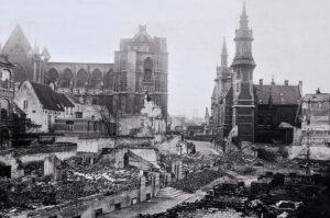 La ville belge de Louvain est en ruines après avoir été détruite par l'armée allemande pendant la Première Guerre mondiale, vers 1914.