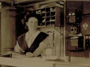 Dans les années 1930, les associations et les partis politiques exercent des pressions pour que les femmes professionnelles qualifiées soient exclues du marché du travail.