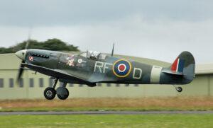 Un Spitfire restauré sur un vol commémoratif. L'avion porte les marques de Jan Zumbach.