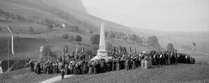 Einweihung des «Überfalldenkmals» auf dem Allweg in Ennetmoos am 26. August 1900.