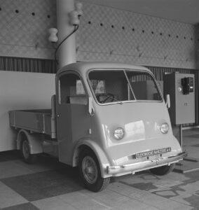Um die Abhängigkeit von Benzin und Diesel zu verringern, experimentierte man während dem 2. Weltkrieg mit Elektroautos. Das Foto entstand im Oktober 1941 auf einer Ausstellung für Ersatzprodukte.
