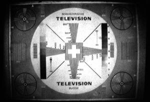 Première génération de la mire suisse vers 1954. Photographie d'un écran de télévision.