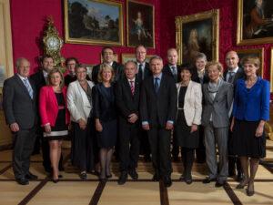 L'ensemble du Conseil fédéral à l'occasion de sa séance «extra muros» du 24 avril 2013 en présence du gouvernement vaudois et du conseil municipal de Nyon au château de Prangins.