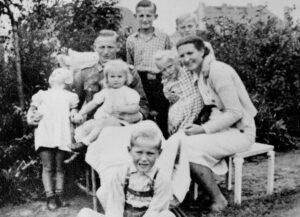 Hilde, Andreas Bonhage et leurs six enfants dans un jardin en Posnanie, octobre 1943.