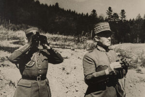 Guisan (à droite) proclamait inlassablement et en tous lieux la volonté de la Suisse de se défendre.