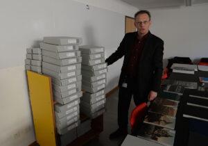 Jochen Hesse, der Leiter der Graphischen Sammlung der Zentralbibliothek Zürich, mit der Sammlung der Photochrom-Bilder.