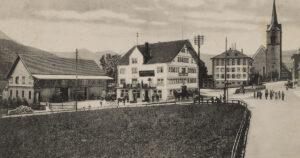 Urnäsch (AR), avec la maison communale à côté de l'église, sur une carte postale de1908.