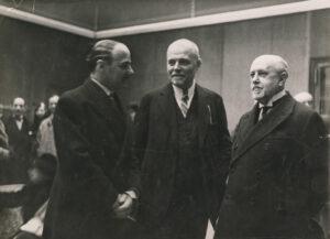 Giacometti (Mitte) bei der Eröffnung seiner Ausstellung in der Galerie Bernheim-Jeune am 20. März 1933