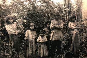 Indigene Paraguays, sog. Guaranì, um 1910. Auch den Guaranì widmete Bertoni Teile seiner Studien.