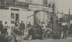 Ernest Guglielminetti bei der Umsetzung seiner Idee in Monaco, mit der ersten Maschine, die Teer für die Applikation auf einer Strasse erhitzen konnte.