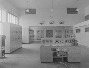 Innenansicht der nüchtern gehaltenen Sendehalle des Landessenders Sottens, Aufnahme von 1941.