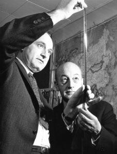 Irving Gitling, Chef der NBC, betrachtet den Film, den Gigon aus China mitgebracht hat, 1962.