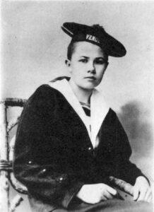 Portrait d'Isabelle Eberhardt costumée en marin, en 1901.