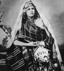 Portrait d'Isabelle Eberhardt en costume arabe vers 1900.
