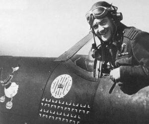 """Jan """"Donald Duck"""" Zumbach dans son Supermarine Spitfire, sur lequel est indiqué le nombre d'avions ennemis abattus."""