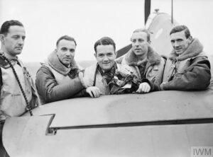 Jan Zumbach (troisième à gauche) avec d'autres pilotes de la 303e escadrille.