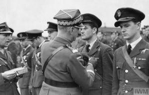 Jan Zumbach est honoré pour avoir abattu son onzième avion ennemi.
