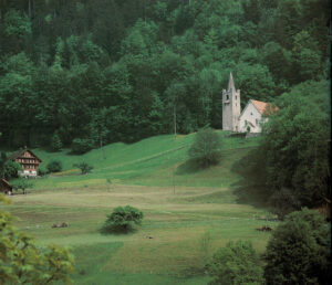 Chapel of St Niklausen near Kerns (Canton of Obwalden) at the entrance to the Melchtal, around 1350/1375; the detached tower is reminiscent of the architectural tradition of Lombardy.
