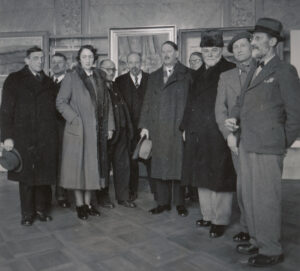 Members of the Federal Art Commission examine specimen pieces in an art scholarship competition in Bern's Wandelhalle in 1941.