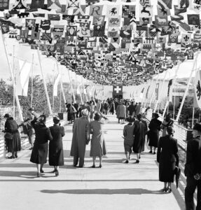 At the 1939 National Exhibition in Zurich, the sea of flags of the municipalities and cantons on the Höhenweg mountain trail represented the Swiss Federation's ethos of diversity in unity.