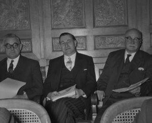 Ludwig von Moos (au centre) lors de l'élection du Conseil fédéral en décembre 1959.