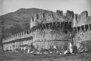 La Murata avant sa restauration, 1904. La muraille avait pour fonction de bloquer le fond de la vallée entre le château et la rivière, le Tessin.