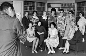 Die ersten zehn 1971 gewählten Nationalrätinnen und die im Dezember 1971 und Juni 1972 nachgerückten Nationalrätinnen.