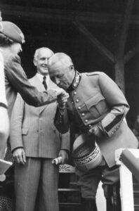 Publication interdite! Motif: le général en train de baiser la main d'une femme.