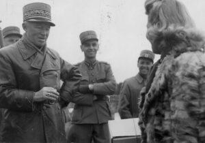 Publication interdite! Motif: le général en compagnie d'une femme et en train de fumer.