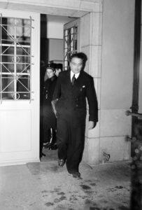 Georges Oltramare quitte la salle d'audience à Lausanne en 1947.