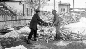 Pierre Gilliard (links) und Nikolaus II beim Holzspalten im Exil in Tobolsk im Winter 1917-18.
