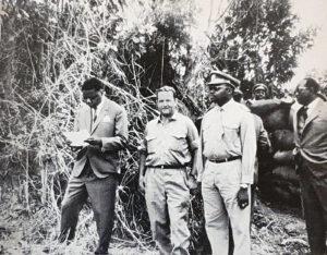 Le président provincial Moïse Tschombé (à gauche, en lisant) et un officier d'état-major rendent visite à Jan Zumbach (au centre) et son «escadron» à Kalwezi (Congo).