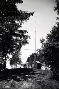 Provisorium für TV-Versuchssendungen auf dem Bantiger von 1954. In der Holzbaracke war die Sendeanlage untergebracht. Die Ausmasse der Antenne sind noch bescheiden. Wenige Monate später erfolgte der Bau des ersten Antennenturms.