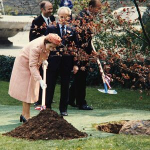 The Queen even had to do some gardening and plant a tree at the Grün80 exhibition.