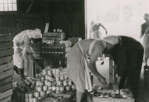 Don Suisse: des Suisses et des Suissesses distribuent des vivres à la population de Lorräch.