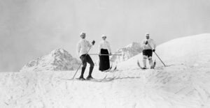 At the end of the 19th century skiing was something for wealthy tourists, like these jolly types in Graubünden in 1890.
