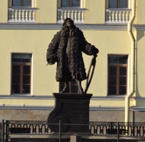 Statue zu Ehren Domenico Trezzinis auf dem Trezzini-Platz in Sankt Petersburg.