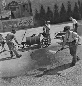 Arbeiter beim Teeren einer Strasse, um 1947.