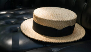 Because of its shape, this hat is also called a 'circular saw'.