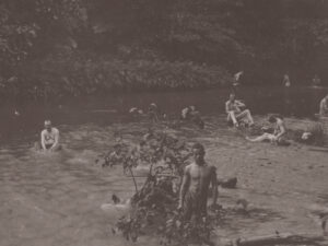 Soldaten der niederländischen Kolonialarmee waschen sich im Fluss Aceh. (Aufnahme zwischen 1900-1910).