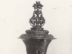 Missing lidded cup with von Salis coat of arms, Karl Silvan Bossard, Lucerne, in a historic photograph.